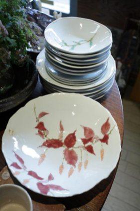 逗子在住の陶芸家、川崎忠夫さんの作品(磁器)。手前の浅鉢(直径23.5cm)、31,500円。奥のお皿(直径16cm)7,350円、(直径20cm)10,500円。一枚一枚花の絵が違います。