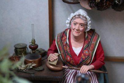 フランスプロヴァンスのサントン人形、銅器をみがく女性、14万円。