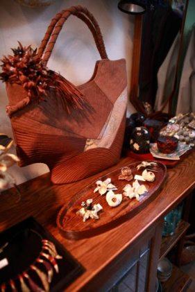 竹田安嵯代 作、酒袋と帯地を使ったバッグ(大きなサイズ)、68,250円。バッグにのっている手染めのコサージュは吉田明美作、18,000円。
