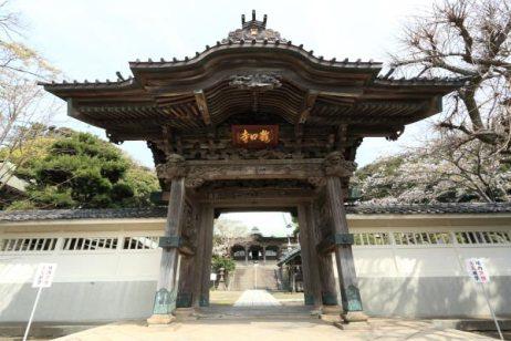 龍口寺山門。1864年(元治元年)竣工。門を飾る8枚の彫刻は中国の故事が緻密に彫られています。