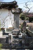 3代将軍家光の弟、徳川忠長の供養塔。