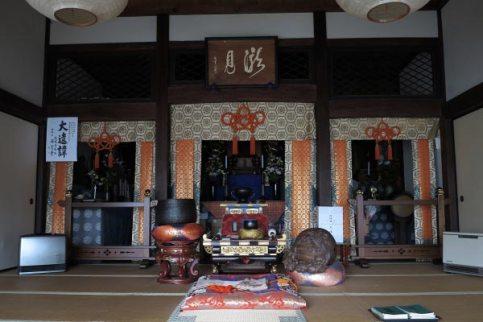 清雲寺本堂内。
