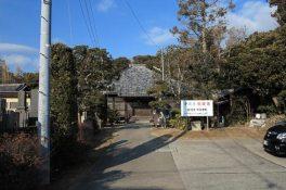 浄楽寺。和田義盛創建の古刹はのどかな海沿いの地にあります。