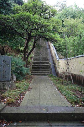 満昌寺、御霊神社の階段。とても美しく設えられています。