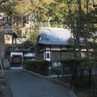 満願寺。山の近く、静かな住宅地に佇む岩戸山 満願寺。