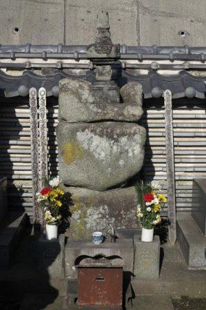 ずっしりと歴史の重みを感じる三浦義澄墓所、薬王寺跡の五輪塔。