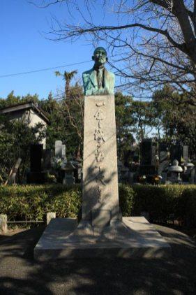 本瑞寺境内にある岩村透の銅像。近代美術の先覚者にして東京芸術大学初代学長です。