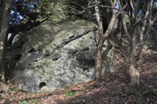 衣笠城址。裏側に少し登ると巨大な物見岩があります。