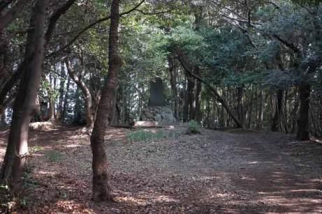 衣笠城址案内板の反対側には御霊神社と石碑があります。