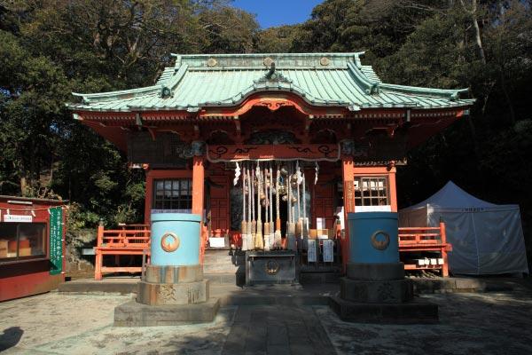 海南神社本殿。空の青さと社の朱がきれいです。