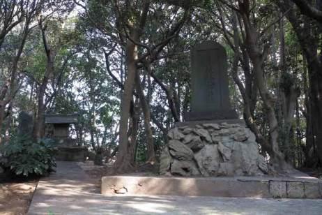 衣笠城址。御霊神社と石碑。