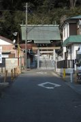 近殿神社。薬王寺跡にいくには、近殿神社の手前を右にいきます。