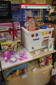 キッチンセンター/¥13,000(税抜)。大人気のままごと遊び。シンプルなデザインはどんな空間にも調和します。何度遊んでも壊れない丈夫なプラスチックだから安心して遊べます。
