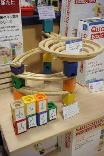クアドリラ各種/¥6,600(税抜)~¥18,000(税抜)。何種類もあるレーンとブロックを積み上げビー玉の通る道を作ります。自由に組み替え無限の組み合わせが出来る遊具です。