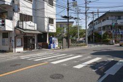 〈王道〉金沢街道をゆく。宝戒寺前を左に進むと、横大路、小町大路、金沢街道が交差する筋替橋(現在は暗渠)があります。