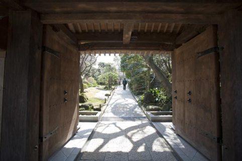 〈王道〉金沢街道をゆく。報国寺静かな浄明寺にある報国寺は足利氏と縁が深い古刹。竹寺として名高く、梅や紅葉の名所でもあります。