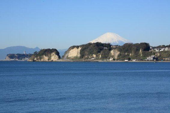 光明寺を出たら材木座へ。新田義貞稲村越え伝説の地、稲村ケ崎と江ノ島、天気が良ければ富士山も見えます。
