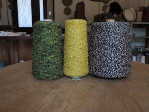 木木にあるたくさんの糸の中からいくつか。左と中央はくるくるとした表情が面白いループヤーン、右はシルク入りの糸。