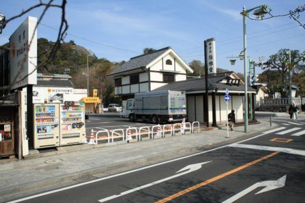 和田義盛旧里跡。和田義盛の鎌倉の屋敷は鶴岡八幡宮三ノ鳥居前、現在鎌倉彫の陽雅堂となっている場所にあったといわれています。