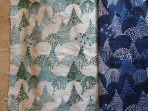 刺繍生地(点と線模様製作所)/1m 13,000円(税別)。プリント生地でも人気の「mori」の刺繍生地。細かな糸の動きは、正に森の木の葉っぱ一枚一枚を描いたよう。機械刺繍でありながら手刺繍のようです。