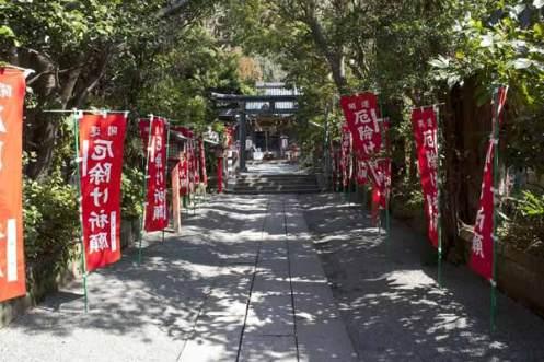 常栄寺を過ぎると八雲神社があります。鎌倉幕府成立以前からある祇園信仰の神社。永保年間(1081~1083)に新羅三郎義光が創建したと伝わります。