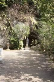 鎌倉の七福神めぐり。浄智寺本堂裏のやぐらに布袋尊があります。