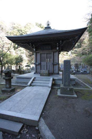 安国論寺。日朗の荼毘所。日蓮六老僧の一人である名僧日朗は常に日蓮の側にあり、数々の法難を日蓮とともに乗り越えました。その後、池上本門寺、妙本寺などを開き活躍しました。廟所は名越坂を越えたところにある逗子の法性寺です。