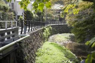 〈王道〉金沢街道をゆく。犬懸橋からの景色。かつてこのあたりに犬懸上杉家の屋敷がありました。本文では金沢街道沿いを歩きますが、この道を進んでも報国寺にいくことができます。