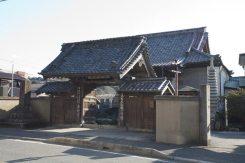 細い道から県道311号に出るとすぐ道の反対側に上行寺が見えてきます。「観光のお寺ではない」と観光協会に加盟していない気骨のあるお寺さんです。といっても、祈りの場所としてどなたでも間近に参拝することができます。