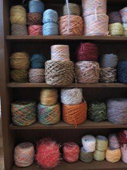 綿、麻、ウール、合繊など様々な素材の糸。編み物や織り、刺繍など手芸全般に仕えます。木木では10g単位で買えます。10g/150円(税別)~。
