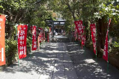 常栄寺(ぼたもち寺)からさらに少し歩くと永保年間(1081-1083)に源義光が創建したと伝わります。