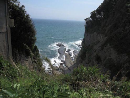 江ノ島、長磯。山二つにある隆起海食台。吹き上げる風、削られた岸壁、圧倒的な景色です。