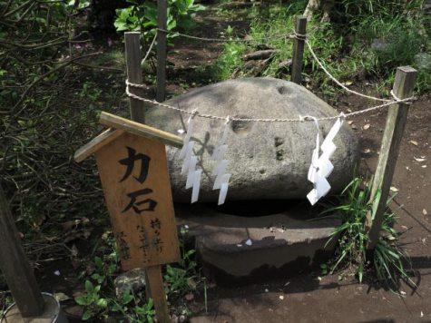 江ノ島、力石。江戸時代に日本一の力持ちといわれた岩槻藩の卯之助が奉納しました。320キロもあります。石には「奉納 岩槻 卯之助持之 八拾貫」と刻まれています。