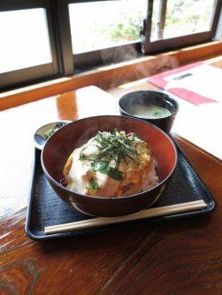 江ノ島、魚見亭の江ノ島丼定食(1,000円)。サザエを親子丼風にしたものです。出汁とサザエ、卵がよくあいます。江ノ島丼発祥の表参道にあるハルミ食堂の江ノ島丼(1,300円)はしらすが入っていました、こちらはしらすはなし。どちらもよしと思います。筆者はちょうどよい量でしたが、よく食べる成人男性では少し足りないでしょう。