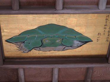 江島神社、奥津宮にある八方睨みの亀。確かにずれたところからみても、正面から睨まれているようにみえます。