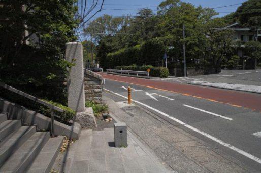 道元禅師顕彰碑。鎌倉街道に面しています。ちょうど巨福呂坂に向かって曲がるあたりです。