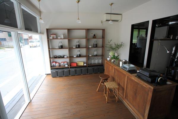 bit coffee店内。すっきりとしていながら暖かい雰囲気です。コーヒーのためにガラスはUVカットになっています。