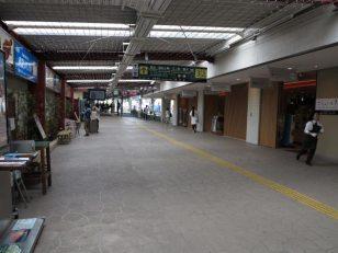 江ノ電鎌倉駅構内。少し前までは昔ながらの売店が並んだ雰囲気のある道でした。いまはご覧のとおり、東京のはずれの駅のようです。鎌倉人気にあぐらをかいているとしか思えません。人が江ノ電に引かれる心は、これじゃないでしょう。せめて元に戻してもらいたい。