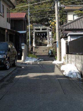 ドラマ『最後から二番目の恋』『続・最後から二番目の恋』の舞台となった御霊神社の門前。階段の手前左手が長倉家です。
