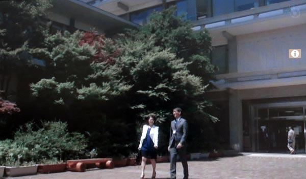 <9>中井と小泉がドラマロケ地について話す、鎌倉市役所。