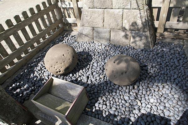 鎌倉景正の懐石。この大きな石を景正は懐に入れていたといいます。景正の人知を超えた力を象徴しています。力餅家の力餅の由来ともなりました。