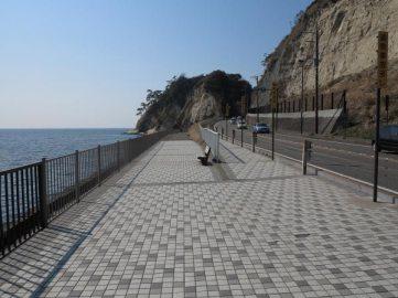 国道134、稲村ケ崎の手前は歩道が広くなりベンチがあります。ドラマにも何度か登場していました。