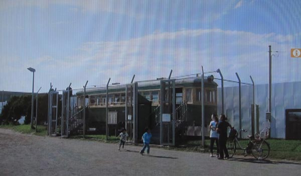 <8>中井と長谷川が昼食をとる展示車両。由比ヶ浜海浜公園のタンコロ。