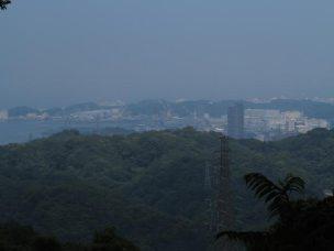 畠山城址からの景観。横須賀の米軍基地がみえています。畠山重忠がみた田浦の海はきっと岩場と浜、漁村だけがあったことでしょう。