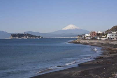 稲村ケ崎海浜公園からは天候に恵まれれば富士山と江ノ島をのぞむことができます。