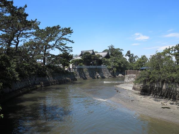 みそぎ橋から望む森戸神社。背後に海を備えたすばらしい景観です。