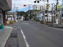 東逗子駅舎沿いに進み踏切を渡ります。