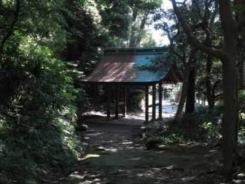 神武寺総門。表・裏参道から登るとここに出てきます。
