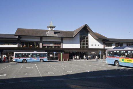 鎌倉駅東口。鎌倉駅には東口と西口がありますが、地元では表、裏駅などと呼びます。現在の建物も悪くはありませんが、昔の方が数段風情がありました。