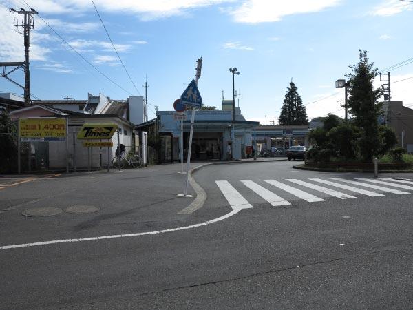 JR東逗子駅を降りたら左(撮影者の立っている方向)に進みます。